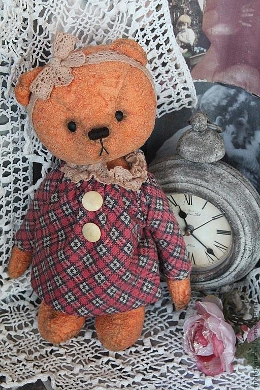 Авторский  коллекционный винтажный мишутка . Девочка Полинка , невероятно нежная , милая мишка . Отлично стоит и сидит . Полинка сшита из винтажного плюша . костюмчик так же из винтажной ткани . пуговички старинные настоящие . Полиночка - третий мишка из коллекции `Старинные часы`