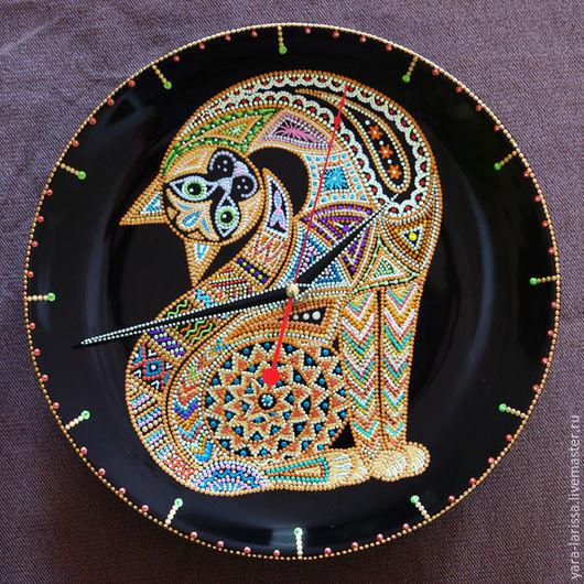 `Леди Кэт` часы настенные интерьерные Часы настенные на фаянсовой тарелке Точечная роспись. Ручная работа .