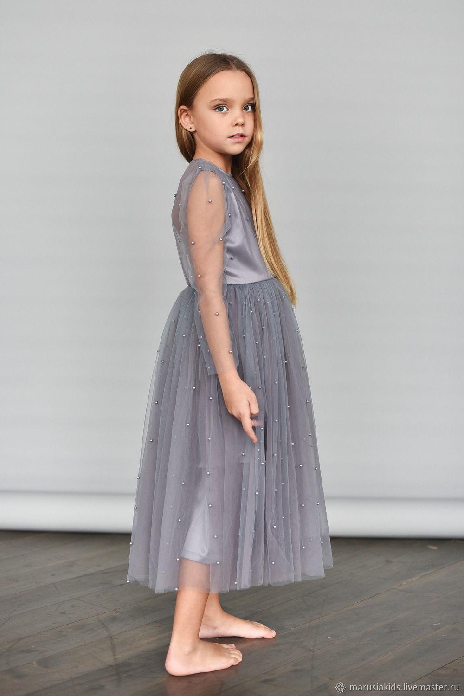 Платье с бусинами и открытой спинкой серого цвета