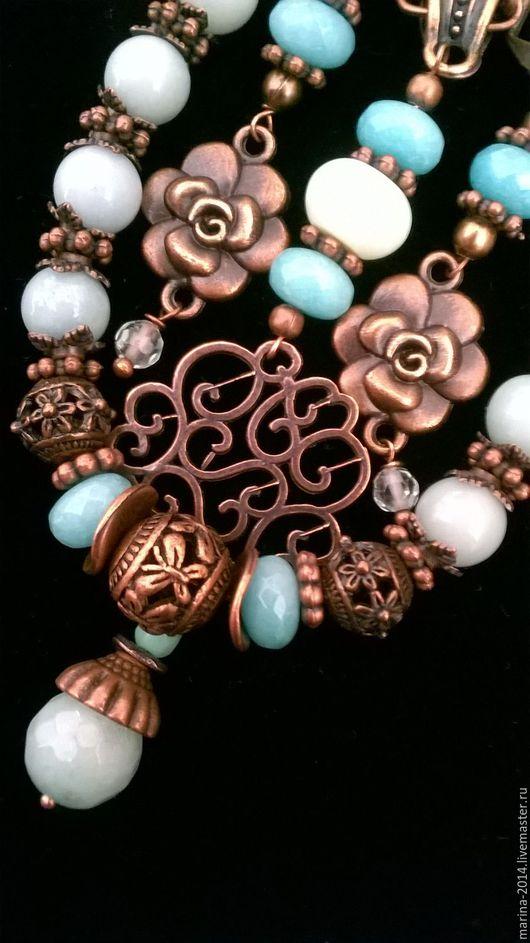 Стильные и воздушные украшения в стиле `бохо` из амазонита, мелких бусин аква-кварца и жадеита (тонированного) с фурнитурой под античную медь: крупная подвеска на цепочке, браслет и длинные серьги.