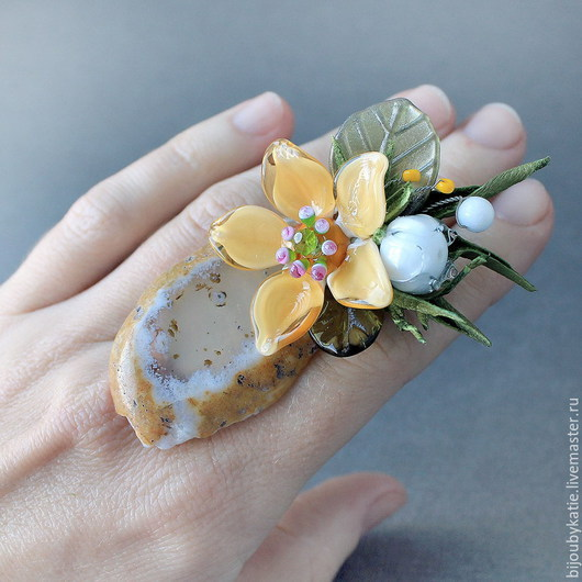 Кольцо перстень лэмпворк Клематис Кольцо перстень собрано на основе с природным, натуральным  агатом.