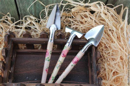 садовый инструмент розы\r\nсадовый инвентарь, розочки\r\nфотосессия игрушек\r\nподарок садоводу\r\nграбли, лопатка\r\nлето,дача,дачный