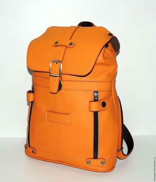 Качество и практичность в этом рюкзаке на лицо: два кармана на молнии спереди, оформлены шлевками на кнопках, которые предохраняет карман от непроизвольного расстегивания молнии.
