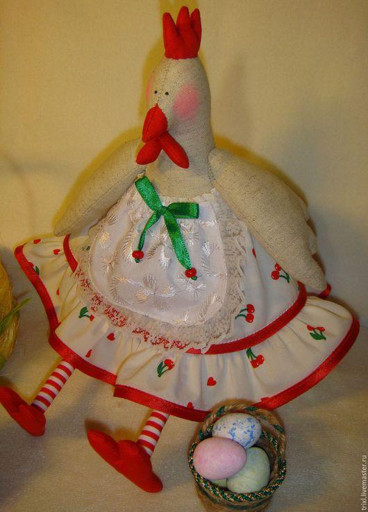 Курочка в платье из белого хлопка с рисунком `вишенки`, с отделкой из кружева.
