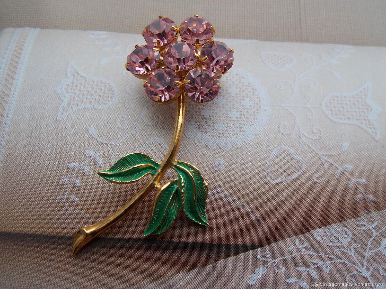Американская винтажная брошь . Красивое изделие  в виде  прекрасного цветка.  Украшение в хорошем винтажном состоянии.