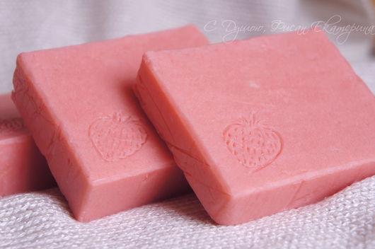 """Мыло ручной работы. Ярмарка Мастеров - ручная работа. Купить """"Клубничное"""". Натуральное мыло с нуля. Handmade. Розовый, фруктовое мыло"""