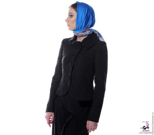 Дизайнер Анна Сердюкова (Дом Моды SEANNA).  Эффектный платок с авторским принтом `Ярко-голубой в цветочной рамке`. Размер платка - 75х75 см. Цена - 2900 руб.
