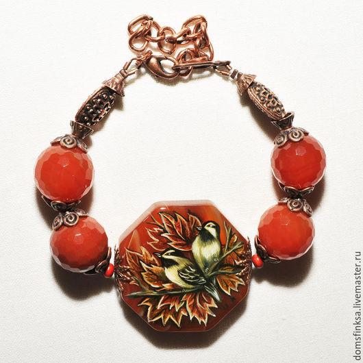 яркий , осенний браслет из натурального сердолика с росписью на центральном камне . рисунок выполнен масляными красками и покрыт лаком