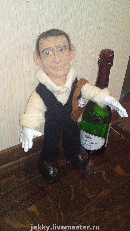 Портретная кукла - актер Константин Хабенский. Бутылка рядом для размера. Шерсть, сухое валяние на проволочном каркасе.