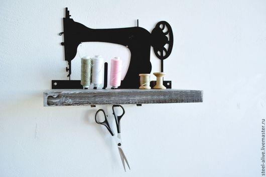 Удобный органайзер для орагнизации рабочего места мастерицы, с помощью которого самые необходимые инструменты всегда будут под рукой: на самой полке, на штырьках для катушек, на крючках, находящихся п