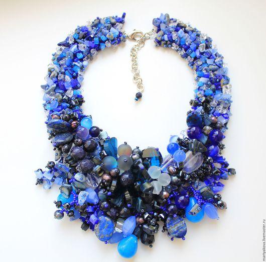 Эффектное украшение на шею цвета ультрамарин – пышное колье с синим авантюрином, лазуритом, лунным камнем, горным хрусталем, крупными каплями агата яркого синего и глубокого синего цвета, жемчугом.