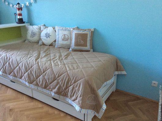 Мои работы (покрывало и подушки) в  детском интерьере. По словам Екатерины, её сынишке так понравились `морские` подушки, что он никого к ним не подпускает,  расставляет их сам! :)