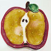 Картины и панно ручной работы. Ярмарка Мастеров - ручная работа Тарелочка настенная керамическая Рубиновое яблоко со стеклом. Handmade.
