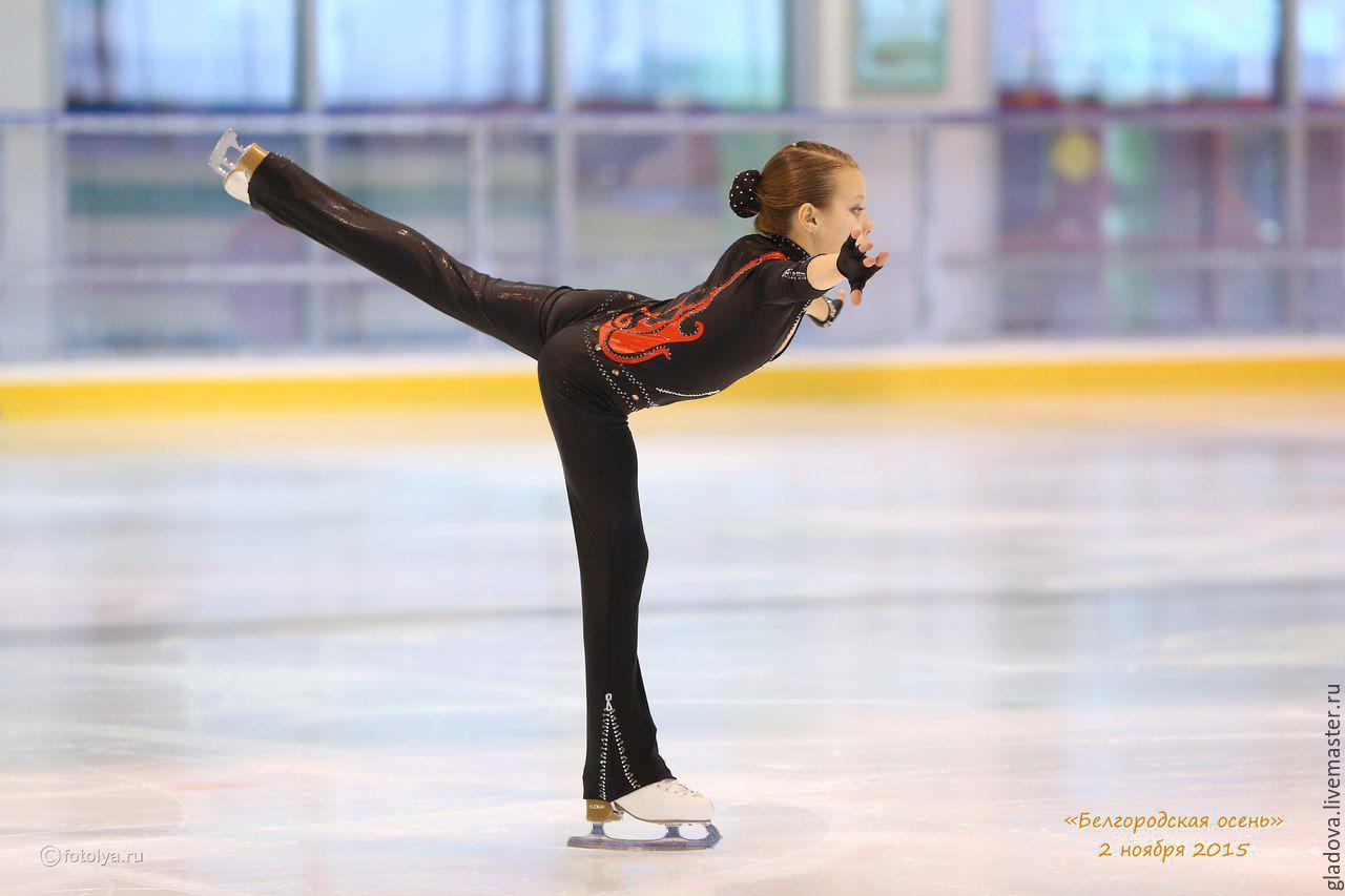 Фигуристая девушка танцует стриптиз 15 фотография