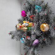 Подарки к праздникам ручной работы. Ярмарка Мастеров - ручная работа новогодний венок на стол из еловых веток с новогодними украшения. Handmade.