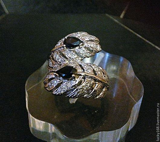 кольцо выполнено из белого золота (9,11 гр) с бриллиантами  и сапфирами стоимость кольца 86100 руб.-  кольцо в серебре стоит 4860 руб