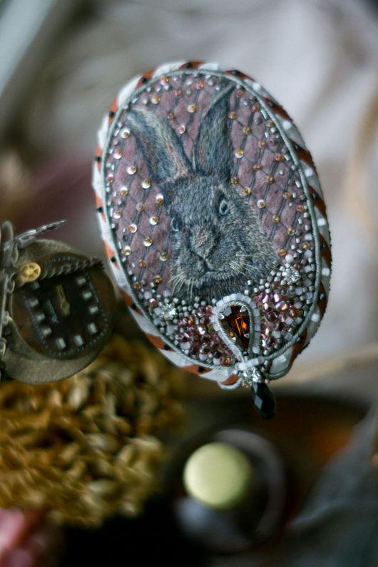 Броши ручной работы. Ярмарка Мастеров - ручная работа. Купить Вышитая брошь с кроликом в винтажном стиле. Handmade. Бледно-розовый