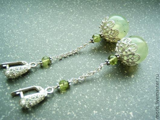 Длинные серьги из российского серебра, крупных ажурных шапочек и замочков, на серебряных цепочках, с шариками зеленого пренита и  маленькими гранеными хризолитами