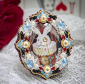 """Украшения ручной работы. Ярмарка Мастеров - ручная работа Брошь """"Белый кролик"""" (брошь, кролик, Алиса,голубой,красный,белый). Handmade."""