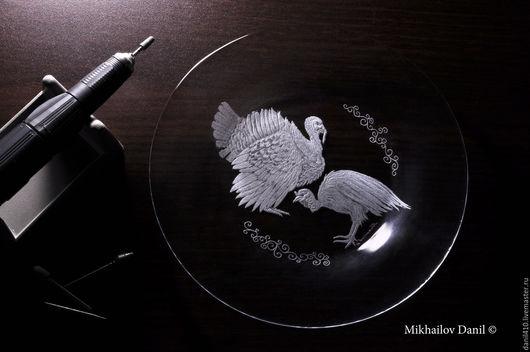 Тарелки ручной работы. Ярмарка Мастеров - ручная работа. Купить Подарок тарелки индюк, гравировка стекла. Handmade. стекло