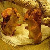 Мини фигурки и статуэтки ручной работы. Ярмарка Мастеров - ручная работа Мини фигурки и статуэтки: Белочки- резьба по дереву. Handmade.
