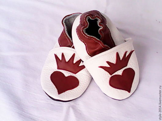 Детские тапочки`Принцесса` для вашего малыша.Изготовлены из натуральной кожи.Рекомендуется педиатрами для детей,которые начинают ходить. Экологический материал  позволяет дышать ножке .