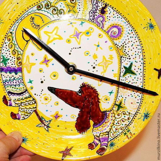 Настенные Часы-тарелка ТАКСА НА ЛУНЕ.(керамика)Милые, симпатичные Часы-тарелка  ТАКСА НА ЛУНЕ диаметром 20 см (керамика) Авторский рисунок, любое копирование запрещено!)