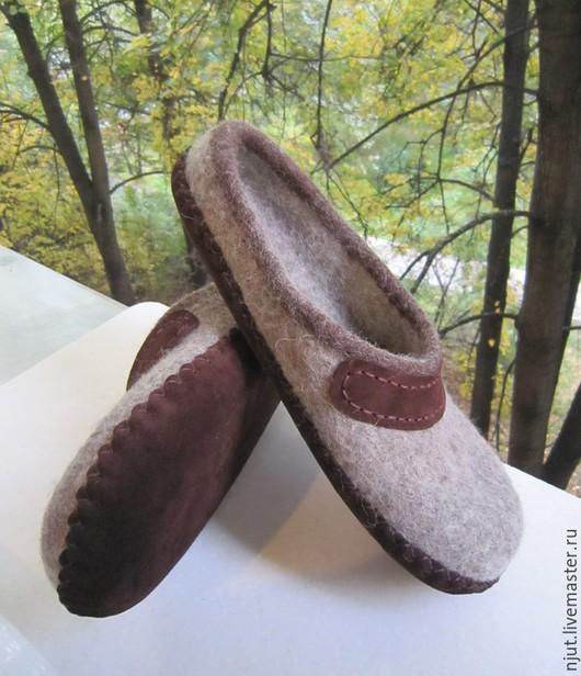 Домашние валяные тапочки сделаны вручную из шерсти Bergschaf.  Для отделки использованы волокно бамбука и кожа. Подошва из натуральной кожи подшита вощеной нитью.  На фото - размер 42 (28 см)
