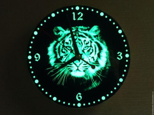Настенные светящиеся часы. `Тигр`