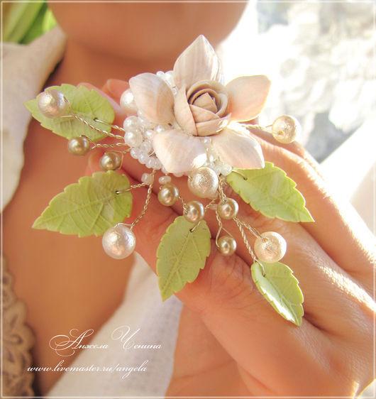 Необычная брошка с цветами и листьями из полимерной глины.  Цветочная брошка в подарок девушке.