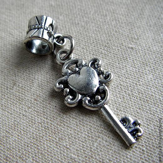 Фурнитура для украшений - подвеска в виде ключика с бейлом для браслетов и цепочек в стиле пандора (Pandora). Цвет подвески - античное серебро. Размер ключика 2,8х1,2 см. Отверстие в бейле 5 мм