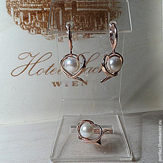 Комплект  ручной работы оригинального дизайна с великолепным белым жемчугом - серьги и кольцо выполнен в стиле модерн.