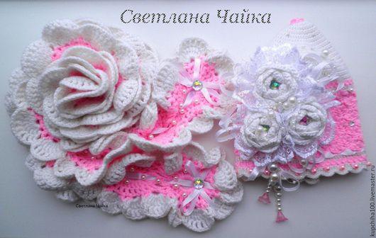 Вязаная шапочка для девочки ` Белые розы`. С шарфиком.