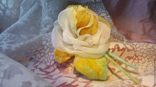 текстильная брошь №3. Балая с желтым. Роза капрон, листики -шерсть( мокрое валяние)