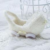 Подарки к праздникам ручной работы. Ярмарка Мастеров - ручная работа Миниатюрная валяная коляска белая для кукол/игрушек. Handmade.