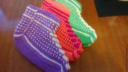 фиолетовые - 15 см,  оранжевые - 16 см, зеленые - 17 см по длине стопы (детский акрил)