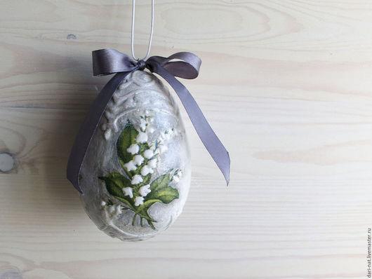 Нежное пасхальное яйцо с ландышами. Объемный орнамент покрыт светлыми блестками. Маленькие соцветия ландыша нежно выделены белым контуром для дополнительного объема.