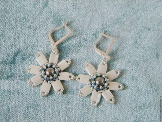 Легкие нежные серьги из японского бисера и жемчуга Сваровски Весенние цветы.