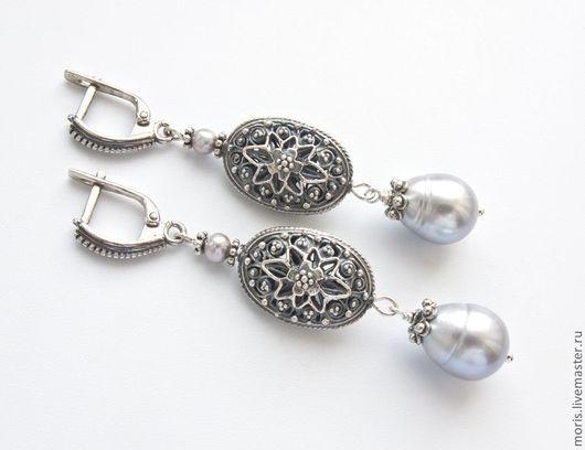 Длинные серьги из натурального культивированного серо-серебристого крупного жемчуга 13 х11 мм и крупных серебряных бусин мастеров Бали. Надежный замочек из российского серебра.
