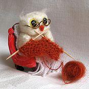 Куклы и игрушки ручной работы. Ярмарка Мастеров - ручная работа Валяная миниатюра Сова вяжет. Handmade.