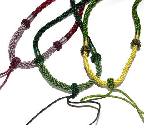 Шнур ручной работы, сделан в Китае. Имеет уже готовый шнурок-тесемку для крепления кулона или подвески.