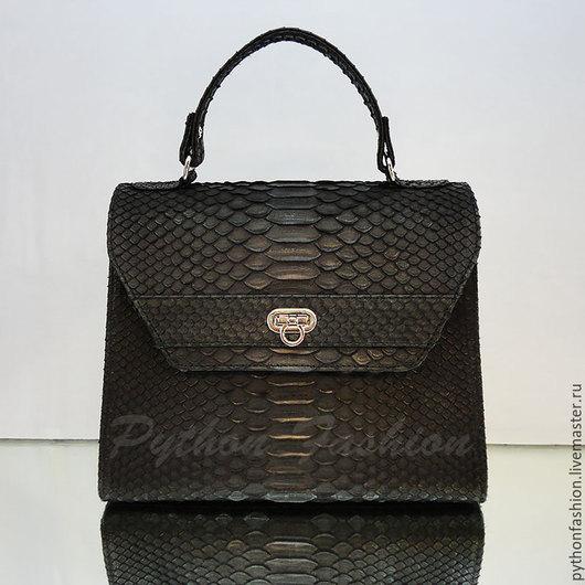Сумка из питона. Удобная небольшая сумка из кожи питона на плечо. Стильная женская сумка из питона. Дизайнерская сумка на работу в офис. Авторская черная сумочка из питона. Кожаная сумка с клапаном.