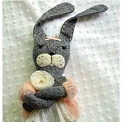 Куклы и игрушки ручной работы. Ярмарка Мастеров - ручная работа Зайка-ушки набекрень, зайка игровая, заяц, игрушка для малышей, зайцы. Handmade.