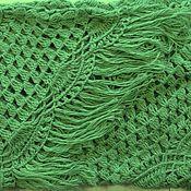 "Шаль ""Элес"" 240x150x150 бледно-зелёная вязаная крючком с бахромой #046"