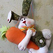 Мягкие игрушки ручной работы. Ярмарка Мастеров - ручная работа Игрушки: Зайка интерьерный на морковке. Handmade.