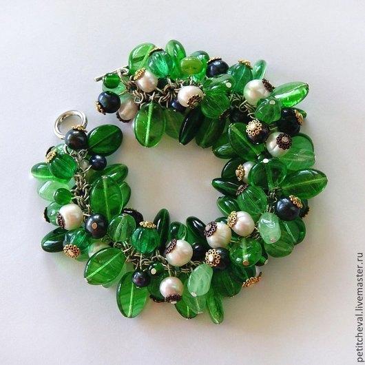 """Браслеты ручной работы. Ярмарка Мастеров - ручная работа. Купить Браслет """"Ягоды и листья"""": зеленый, белый, темный. Handmade. листья"""