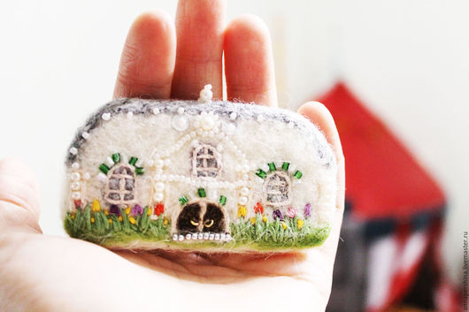 Броши ручной работы. Ярмарка Мастеров - ручная работа. Купить Брошка из войлока. Домик с окнами в сад.. Handmade. Белый цвет