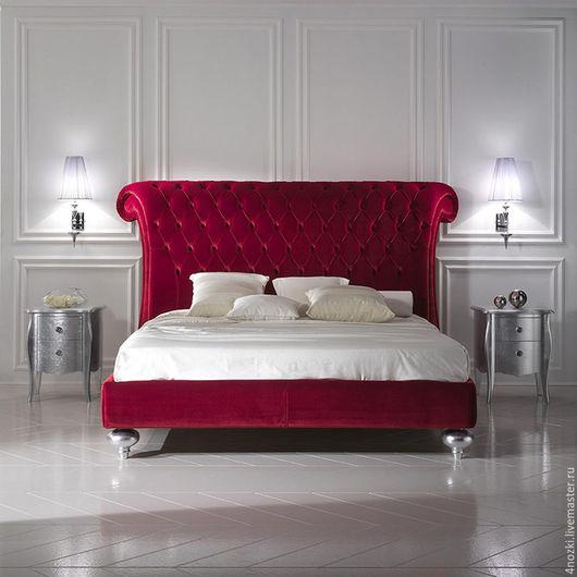 Реплика дизайнерской кровати Честер с изголовьем сложной формы и каретной стяжкой, исполнена в лучших традициях итальянского стиля