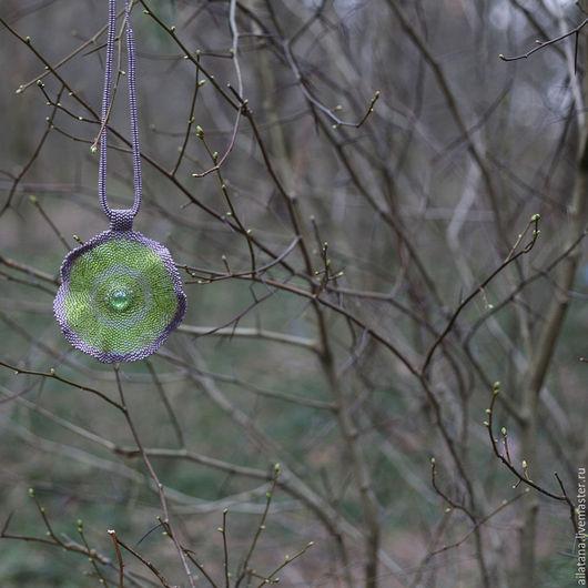 Кулоны, подвески ручной работы. Ярмарка Мастеров - ручная работа. Купить Стильный круглый зелено-сиреневый кулон из бисера. Handmade.