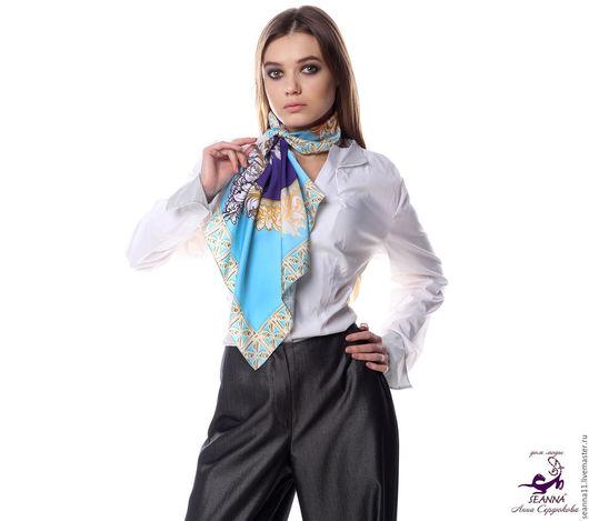 Дизайнер Анна Сердюкова (Дом Моды SEANNA).  Эффектный платок из шелка с авторским принтом `Лазурно-синие драгоценности в овальной рамке`. Размер платка - 65х65 см.  Цена - 2400 руб.